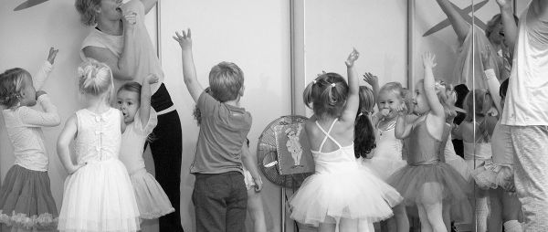 Enthousiaste kinderen dansen bij juf Kelly